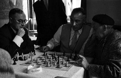 Ein Stuttgarter Schachfreund, Löhr und Kallenberger bei der Analyse in Stetten im Remstal