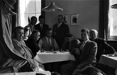 links stehend: Dr. Walz, in der Tischmitte sitzend: Löhr, rechts sitzend: Kallenberger, vorne rechts: Wawrinsky